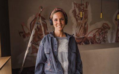 L'artista Lily Brik pinta el Wine Bar de Castell d'Or